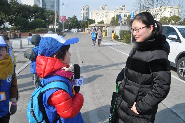新华小记者参加2018年奉贤青少年升国旗爱国宣讲主题活动