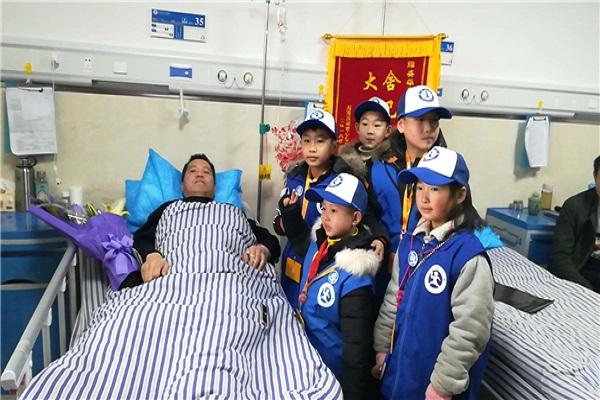 新华小记者采访舍己救人的湘潭交警潘朝阳