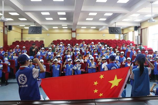 新华小记者宣誓现场:让国旗听见我的誓言