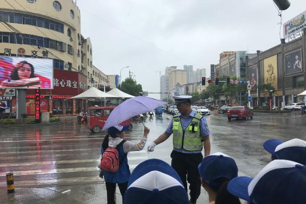 新华小记者走进唐河县交警大队城区中队