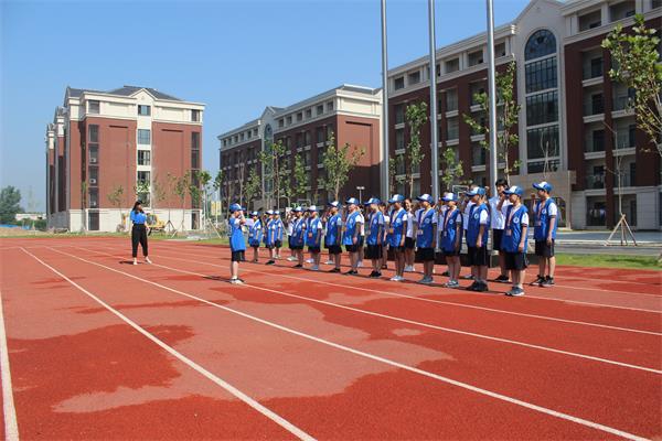 新华小记者宣誓仪式在平顶山枫叶国际学校举行