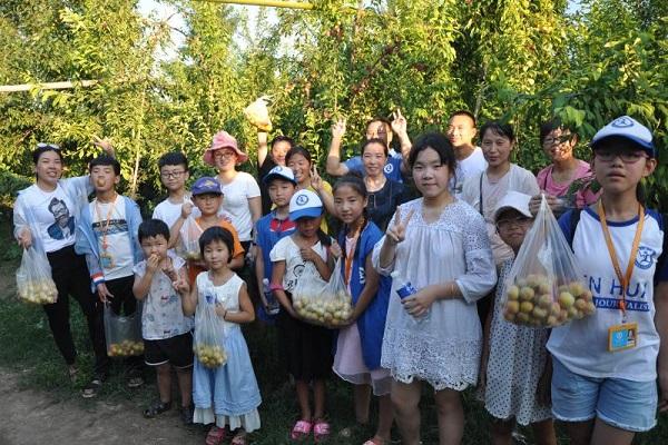 杞县新华小记者走进李子园体验收获乐趣