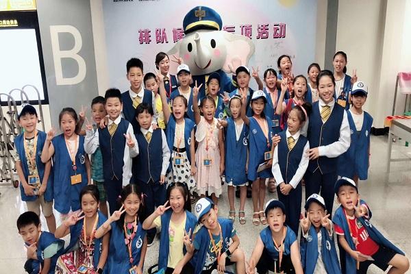 郑州新华小记者参观地铁站,争做文明倡导员