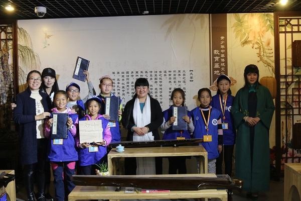 新华小记者走进盘古典籍国学馆体验古琴之美