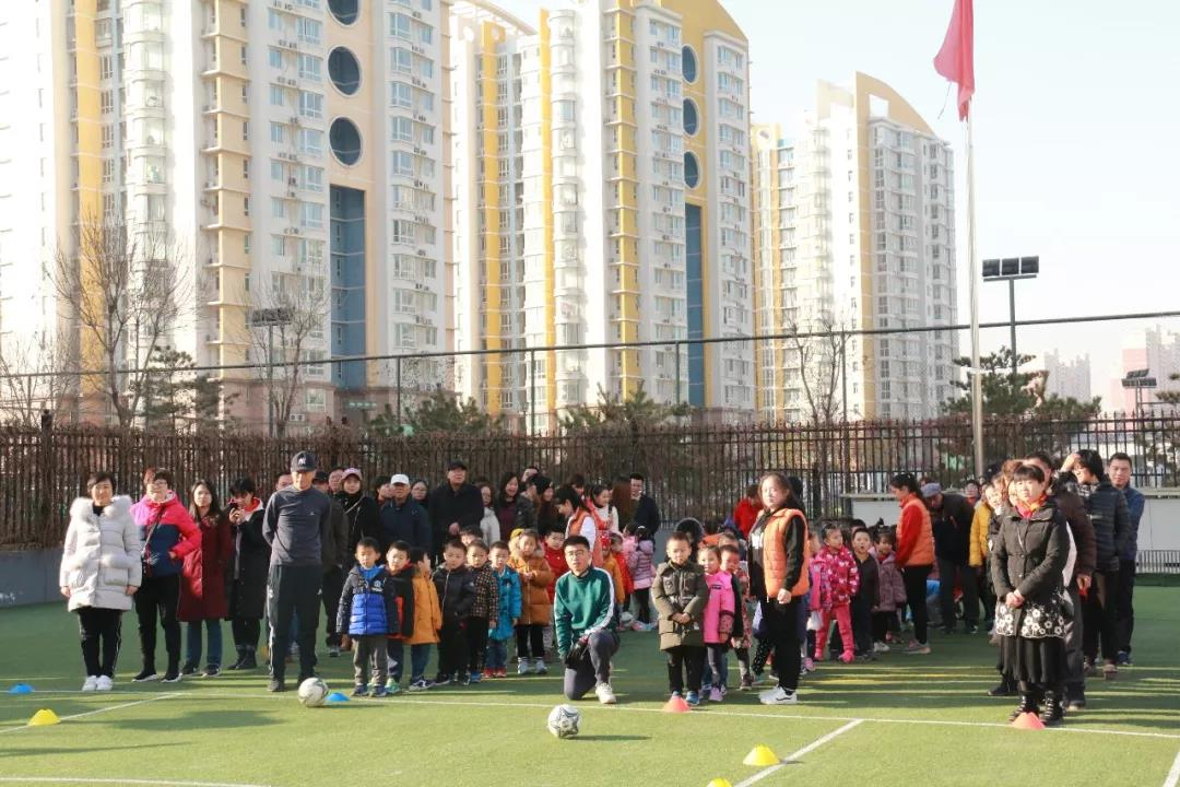 玉博睿幼儿园首届幼儿足球比赛在幼儿园绿荫足球场开赛