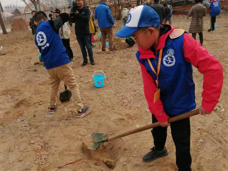 与大自然约会,为城市添绿——新华小记者参加植树活动