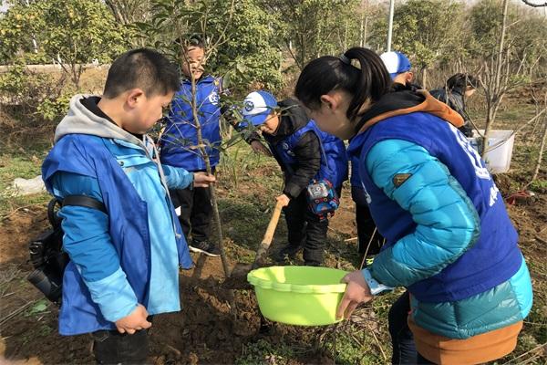 播种绿色,承载希望--邓州新华小记者植树节