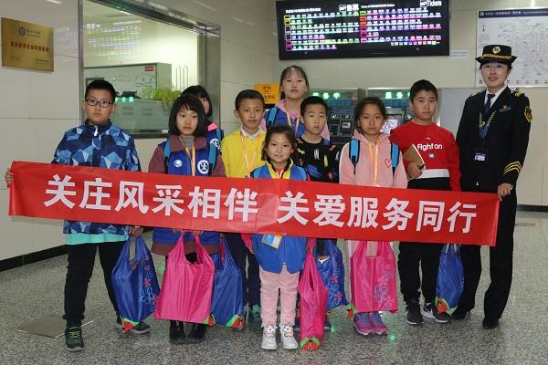 新华小记者走进北京地铁助力服务月活动