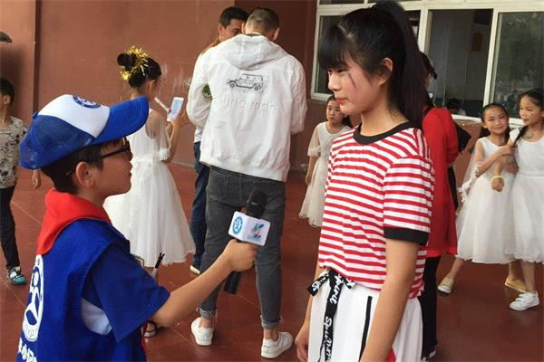 新华小记者体验采访参加演出的同学5.jpg